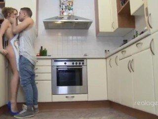 Hausfrau Adriana Chechik verführt ihren Mann in der Küche